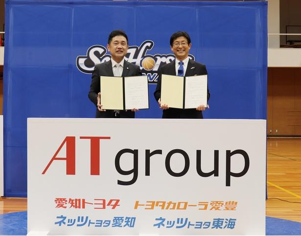 調印式には、ATグループの山口真史社長とシーホース三河の鈴木秀臣社長が出席。パートナー調印書にサインをした