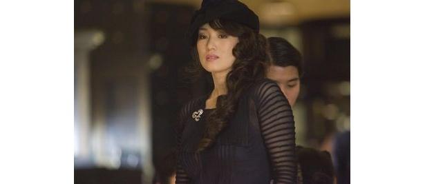 カリスマ的ギャング、アンソニーの妻アンナを演じるのはコン・リー