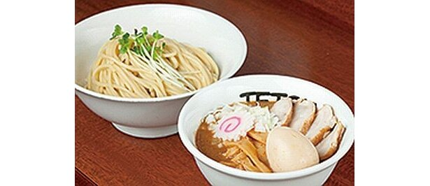 アツアツスープで一大勢力を築く「つけめん TETSU」 では、焼き石をスープに投入! 濃厚魚介トンコツスープと、モチモチ極太麺が人気だ