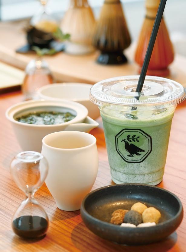 <和風>京都のお茶農家から直接仕入れた茶葉を使用。「煎茶(豆菓子付き)」(左 540円)、「抹茶ラテ」(右 864円) /「YATAGARASU(ヤタガラス)」(名古屋市千種区)