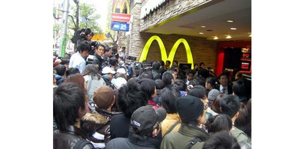 店の前には黒山の人だかり!関西にバーガーブームが到来した瞬間です