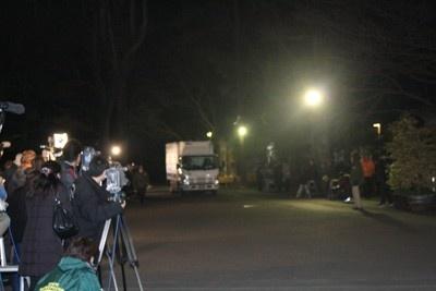 到着の瞬間には大きな歓声や拍手がおこり、一帯が歓迎ムードに包まれた