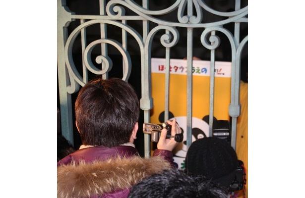 集まった観客の中には、パンダの来日を歓迎する地元住民の姿も