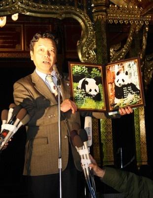 2頭の写真を手に、「無事に到着して、ホッとしています」と話す上野動物園園長