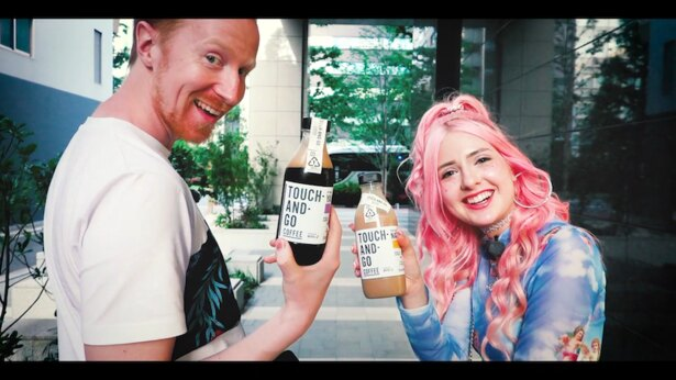 【写真】オリジナルコーヒー片手に笑顔のミスターヤバタン&ナタリアなっちゃん