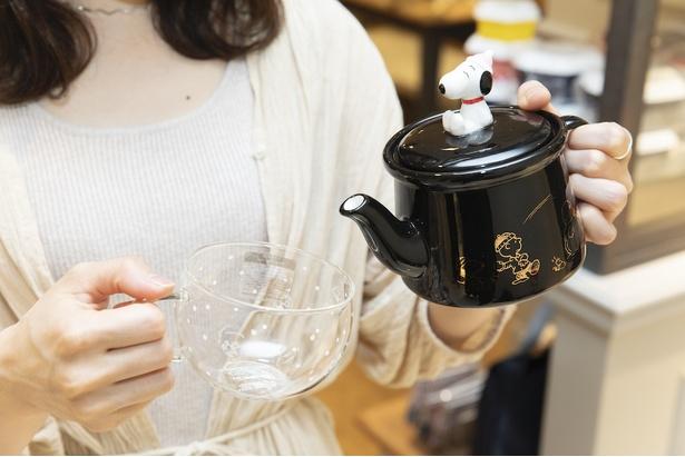 カップは280mlとたくさん入るサイズ。ティーポットは茶漉し付き