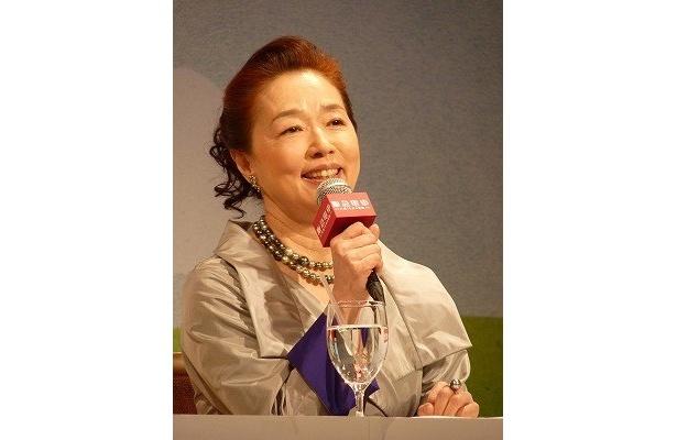 宮本信子演じる老女が中谷美紀演じるヒロインを優しく包む