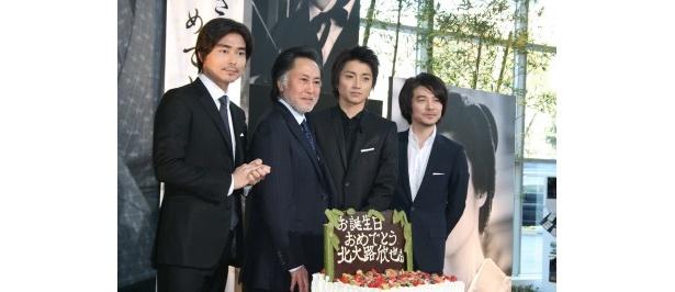【写真】特大の誕生日ケーキに北大路も満面の笑み