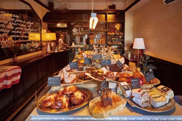 総菜系から甘いおやつ系まで少数精鋭のこだわりパンが並び、選ぶ楽しみも満喫/THE BAKE