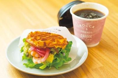 ワッフルバーガーサンド×コーヒー(680円)。8時から10時の朝限定サンド/ROCCA&FRIENDS COFFEE Flow