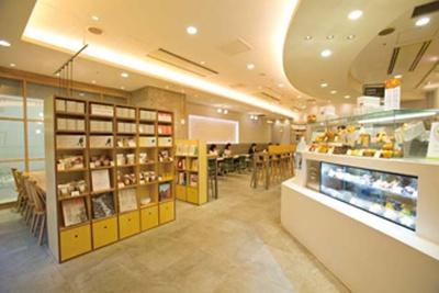 カウンター席もあり一人客も過ごしやすい。早朝からオープンしているので朝ごはん処としてもグッド/ROCCA&FRIENDS COFFEE Flow