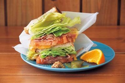 BLT(850円)。表面をバターで焼いたパンと、ほんのり温かい野菜、チーズの旨味が口の中で溶けあう/Hi!SandWich