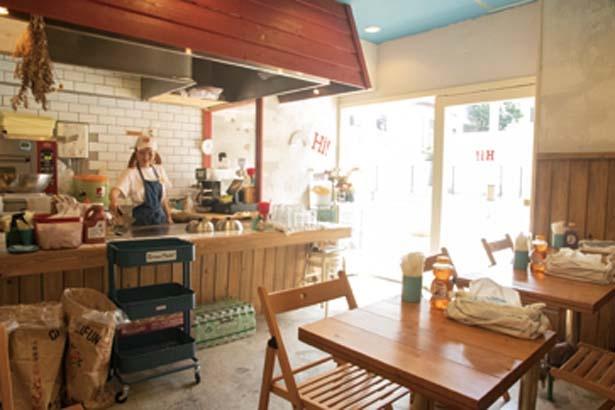 以前はお好み焼き店だった店内。鉄板はグリルサンド作りに大活躍。お持ち帰りの客も多く行列に/Hi!SandWich