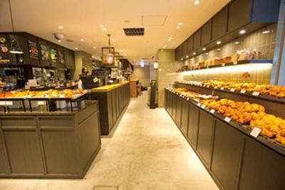 カフェスペースは商品購入でイートインが可能。カフェ限定サンドはカフェ専用のカウンターで/THE CITY BAKERY 茶屋町あるこ