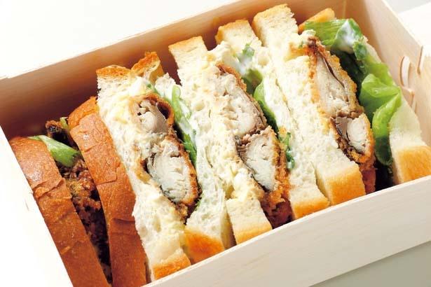 【写真を見る】パンのフワフワ感と塩こうじに漬けたサバのカツのサクサク感がクセになるサバサンド(804円)。とろさば料理専門店「SABAR」とコラボ/オリエンタルベーカリー大阪直売店