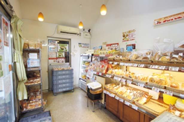 本社工場内にあるレンガ模様の直売店。100円前後のパンがずらりと並ぶ/オリエンタルベーカリー大阪直売店