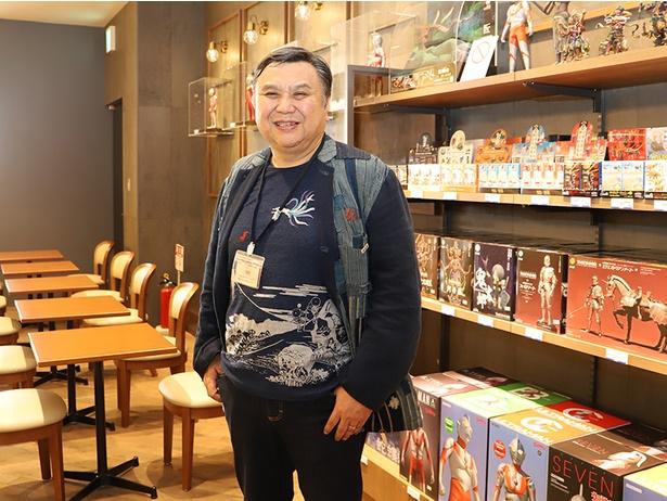 【写真を見る】海洋堂の宮脇修一社長(宮脇センム)は海洋堂のフィギュアが多数展示&販売されている「タリーズコーヒー KAIYODO」で