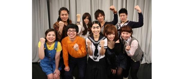 中間発表での審査を突破した7組8名の候補生とイモトアヤコ