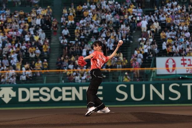 甲子園球場の始球式に戸田恵梨香が登場