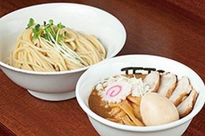 """【写真】""""極太麺""""と""""濃厚魚介トンコツスープ""""はクセになるウマさ!"""