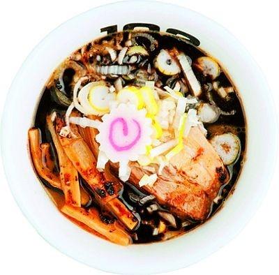 「つけめん 102 サクラサク」(東京・高円寺)では、焦がしニンニクを配合した香味油をプラスした「黒・つけ」(750円)が楽しめる