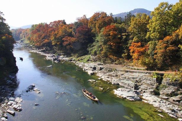 天然記念物の岩畳と紅葉のコラボレーション