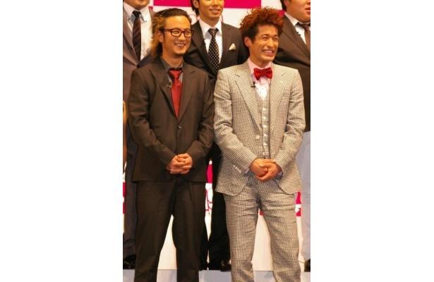 【写真】劇中で、お笑いコンビ・ドラゴンフライを結成する上地と佐藤(写真左から)