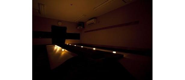 キャンドルの明かりのみの真っ暗な店内で麺が食べられる「謎麺」
