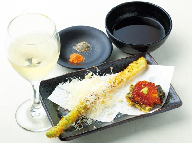 【写真を見る】天ぷら×ワインが最高。「海苔いくらカナッペ」(右 205円)、「パルミジャーノアスパラ」(中央 313円)、「グラスワイン」(左 490円~) / 天ぷらとワイン 小島