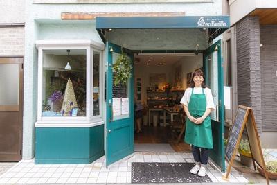 お店を切り盛りする高木さん。夫の充紘さんがオーナー兼パティシエを務める