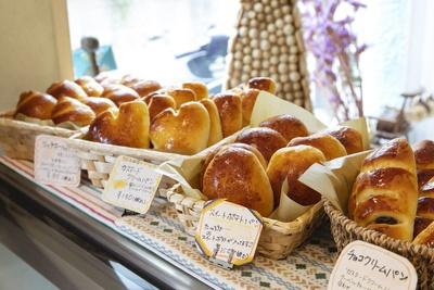 洋菓子のショーケースの上に並ぶ、できたてのパンたち