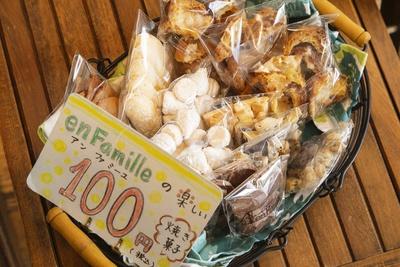 税込100円で提供している焼菓子。中身はクッキーやサブレなど日により変化する