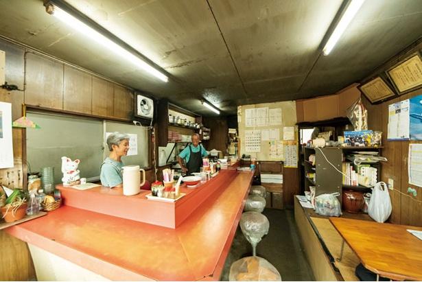 【写真を見る】店を切り盛りする御年79歳の中島智久男さん、70歳の壽代さん夫婦 / 宝来ラーメン