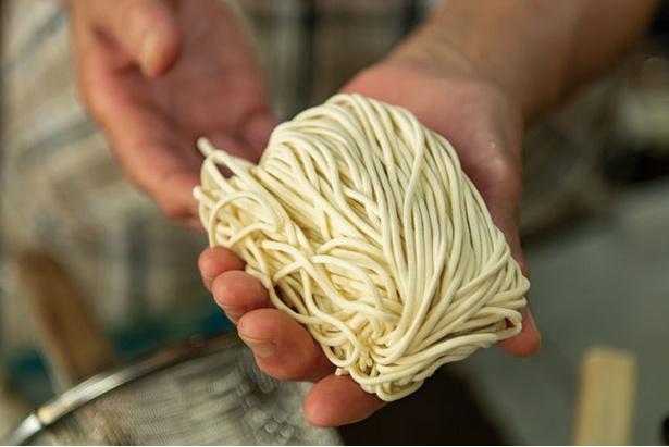 麺は、付き合いの長い地元の製麺所「中一本店」の中太ストレート / 宝来ラーメン