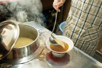 スープは羽釜から丼に注がれる / 宝来ラーメン