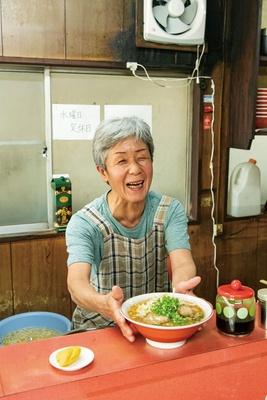 「まだまだ続けるよ!」と妻の壽代さん / 宝来ラーメン