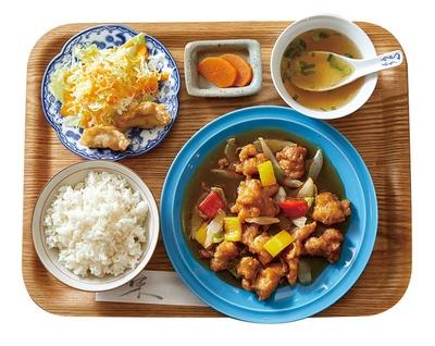 光楽園 / 「まおみ定食」(1080円)。優木まおみの大好物ばかりを集め、鶏の甘酢あんかけをメインに、揚げ餃子、サラダ、ご飯、スープが付くお得なセット