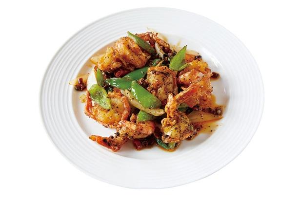 中華厨房 華 / 「エビの黒胡麻炒め」(1080円)。唐辛子と炒めて辛味をアップ
