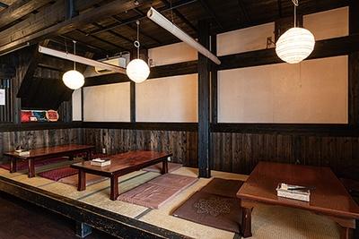 花梨亭 / すだれで仕切る座敷席のほか、カウンターやテーブル席も完備する