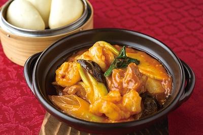 中国名菜 儷郷 / 「若鶏とエビの上海風煮込み」(1944円)。蒸しパンが付く