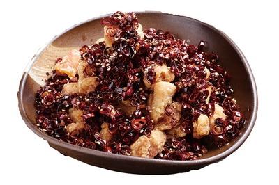 陽龍 / 「唐辛子鶏」(900円)。大量の唐辛子と唐揚げを一緒に揚げた旨辛な一品