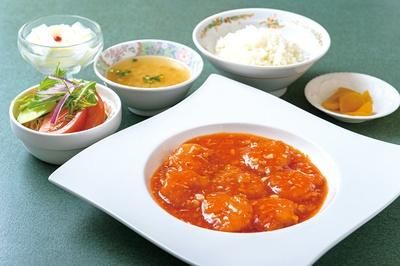 中華飯店 きい / 「エビチリ定食」(1080円)。メインのエビチリは素材を生かしたあっさりとした味わい