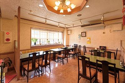中華飯店 きい / 清潔感のある店内。テーブル席のほか円卓のある個室もあり、事前に予約すれば利用できる