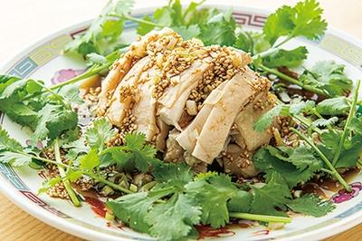 留園 / 「四川冷菜ヨダレ鶏」(800円)。山椒や桂皮など香辛料が効いた自家製ラー油が肝