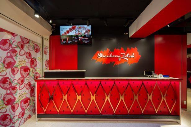 原宿竹下通り店の内装。赤を基調にイチゴ柄の壁紙がキュート
