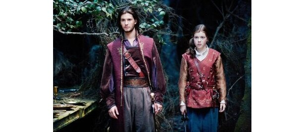 王子から王になったカスピアンと再会したルーシーたち