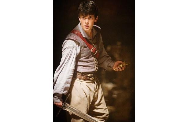 すっかり美青年に成長したエドマンド役のスキャンダー・ケインズ