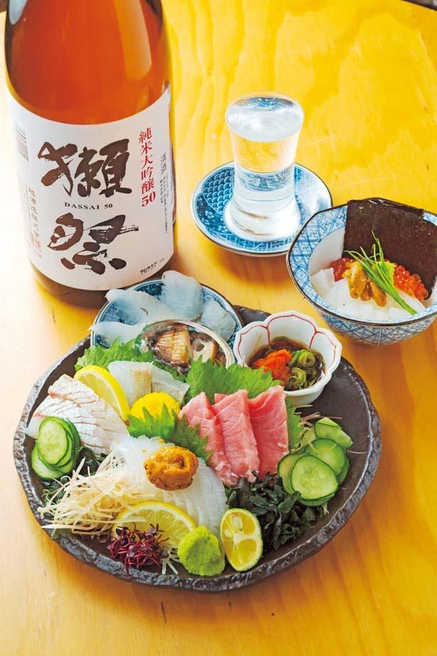 魚盛り(1075円、写真手前)。魚盛りは、おまかせで5種以上のお造りが盛られる。16時以降注文可能/魚屋スタンドふじ子