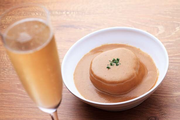 コンソメで柔らかく炊いた大根のポルチーニ茸のクリームソース掛け(194円、右)。シャンパンは(594円~)/ソース料理とワインが楽しめるお店「赤白」コウハク