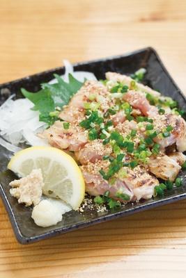 桜島溶岩焼LAVA  / 朝引きの鶏で作る珍しい一品「手羽先のタタキ」(680円)